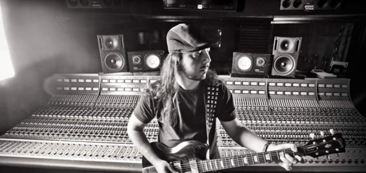 Guitarrista Daron Malakian no estúdio