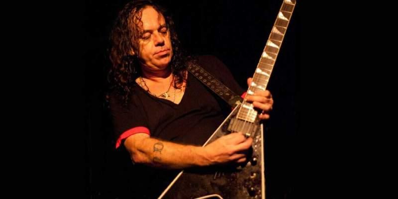 Raslph Santolla tocando guitarra