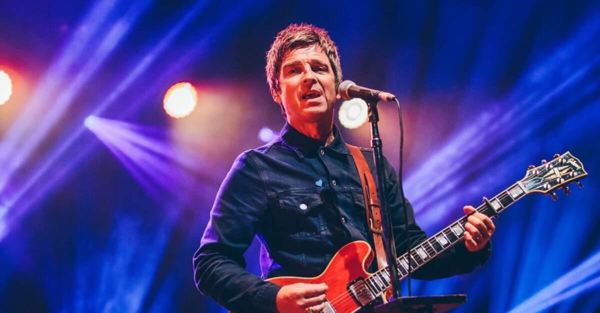 Noel Gallagher tocando guitarra ao vivo