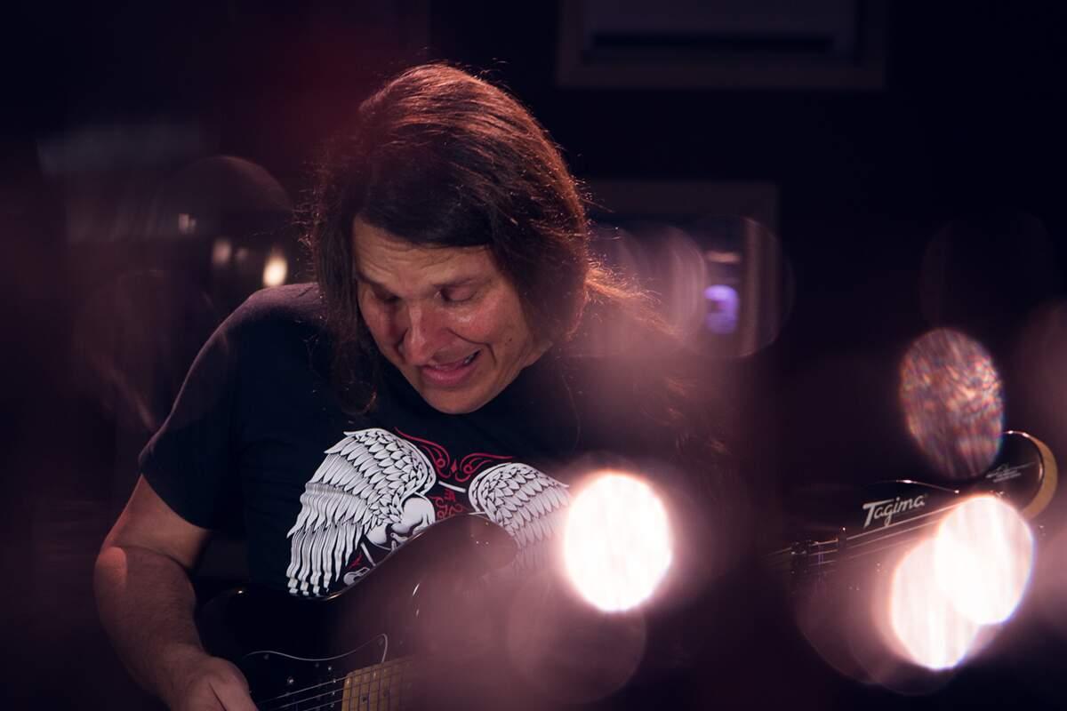 Edu Ardanuy se expressando ao tocar guitarra com sua Tagima