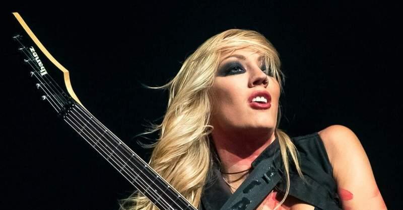 Nita Strauss tocando uma guitarra Ibanez