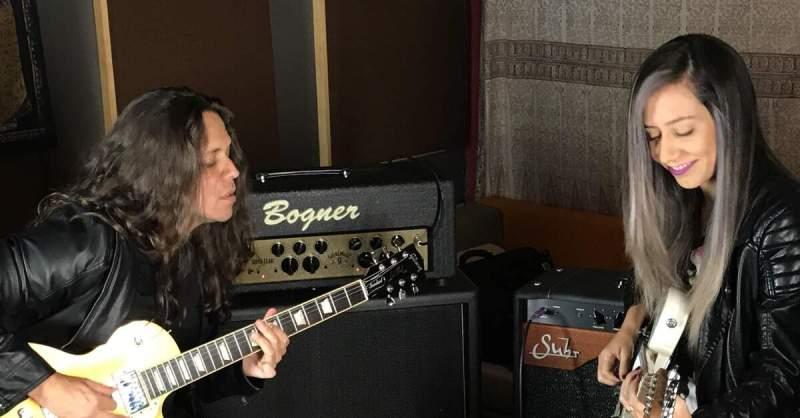 Ricardo Marins tocando com Lari Basilio