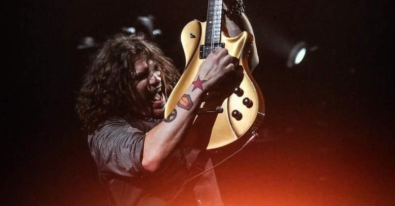 Phil X tocando uma guitarra dourada