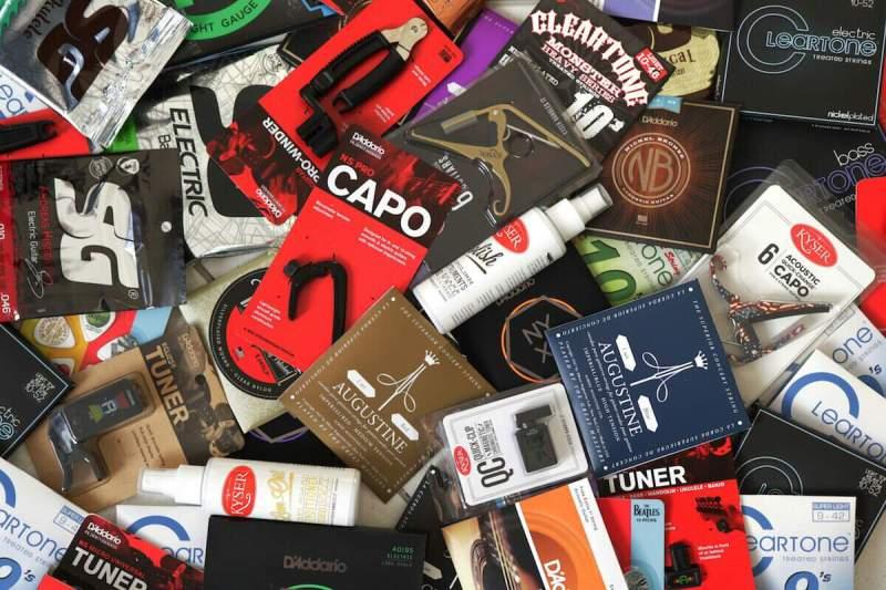 Foto de vários acessórios de guitarra espalhados em uma mesa
