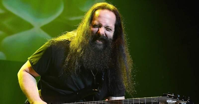 John Petrucci tocando ao vivo