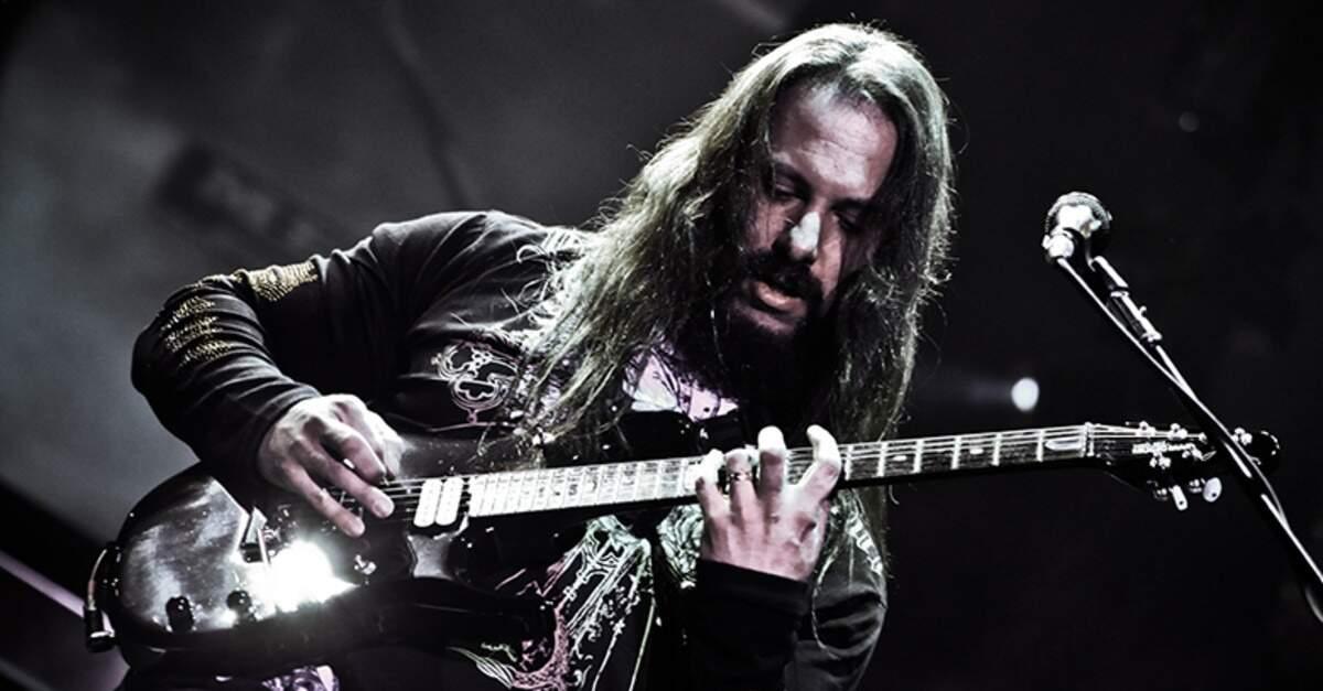 John Petrucci tocando uma guitarra Ernie Ball
