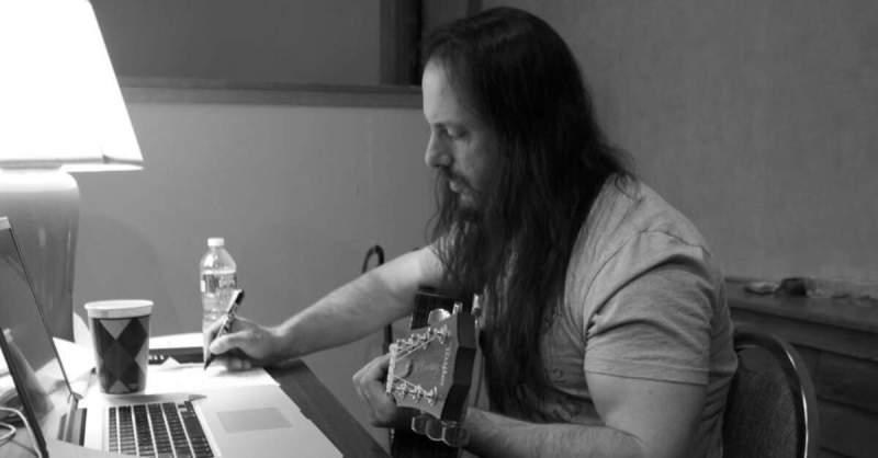 John Petrucci compondo