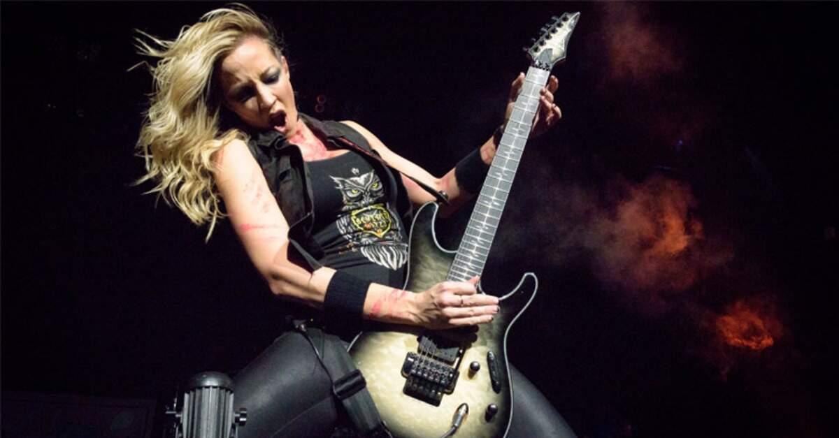 Nita Strauss tocando a guitarra Ibanez Jiva