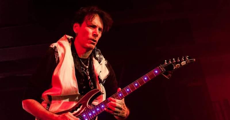Steve Vai tocando ao vivo [foto por Alison Toon]