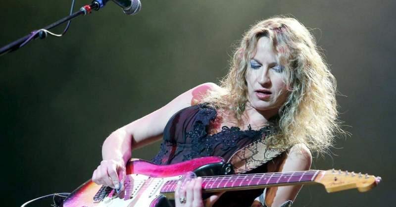 Ana Popovic tocando guitarra ao vivo
