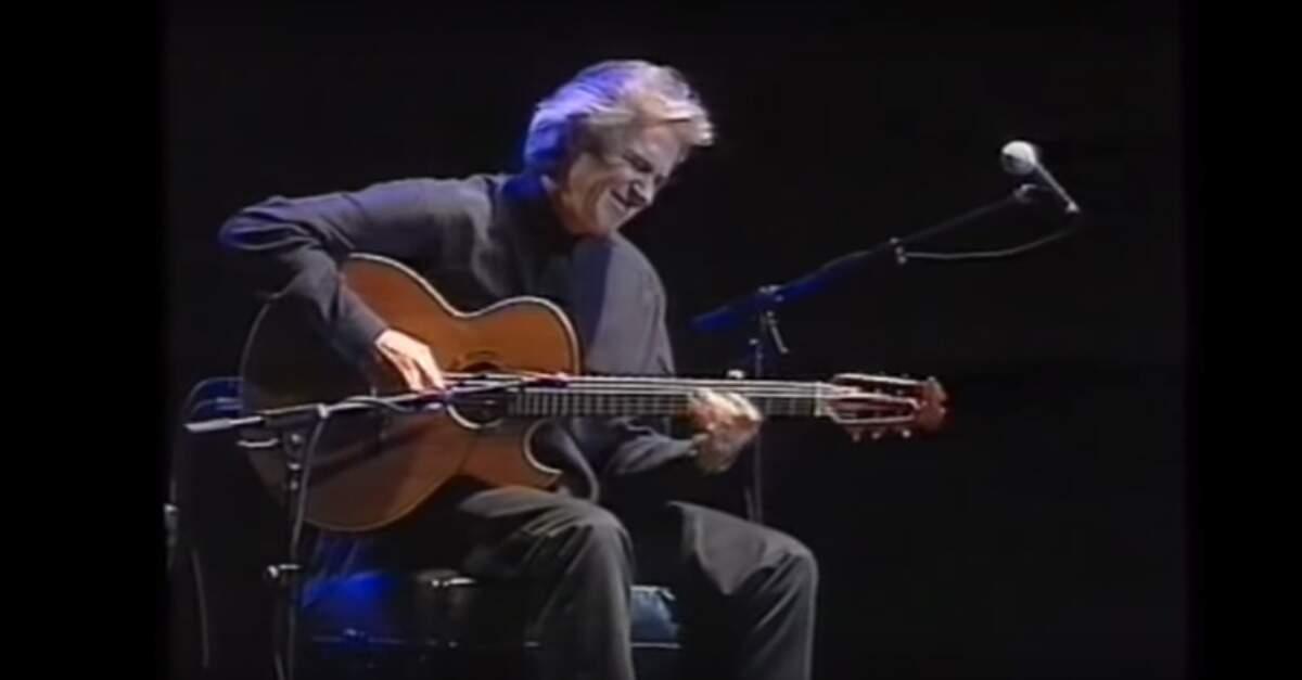 John McLaughlin tocando violão