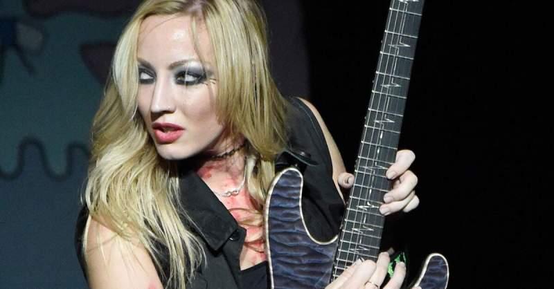 Nita Strauss tocando guitarra