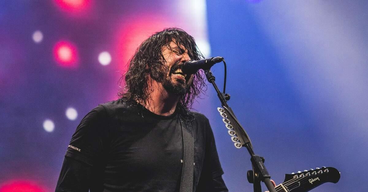 Dave Grohl tocando ao vivo