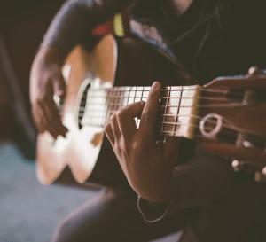 persona tocando guitarra