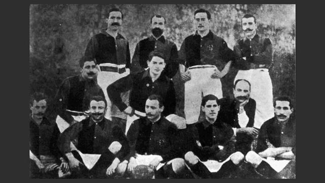 Pemain Barcelona musim 1900-1901. Berdiri dari kiri ke kanan: Witty, Reig, Meyer, Cabot. Berlutut: Llobet, Whirdekher Valdés. Duduk: Parsons, Steinberg Gamper, Hijau dan Cenarro. via www.fcbarcelona.cat