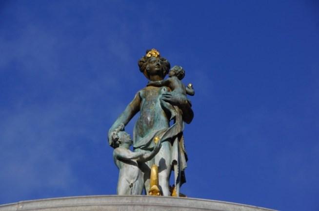 Statue med blå himmel