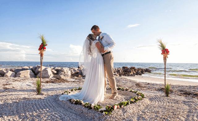 Couple de mariage de plage bisous après la cérémonie de mariage en Floride