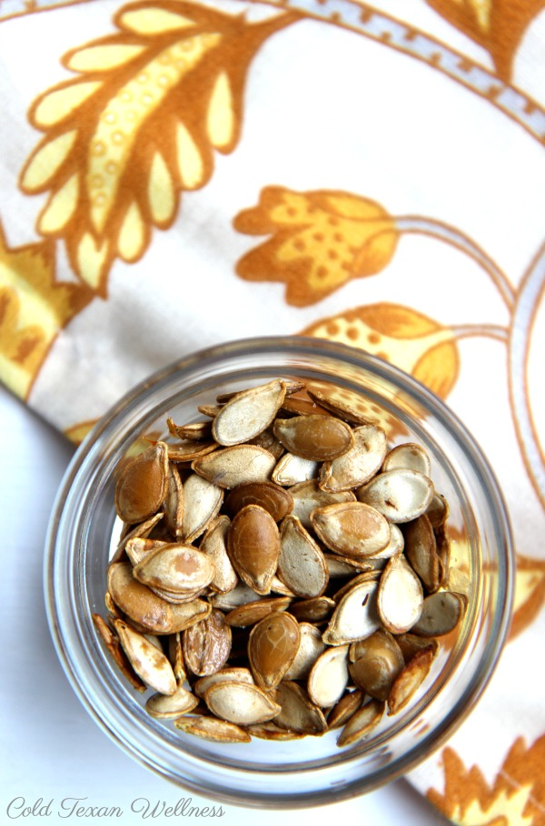 How to make perfectly roasted pumpkin seeds. A simple and easy baked pumpkin seeds recipe. The perfect healthy snack for the whole family #fallrecipes #healthysnack #kidapproved #veganrecipe #vegetarianrecipe