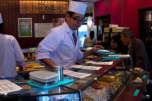 Tokyo Balık Pazarı yakınlarında bir sushi lokantası