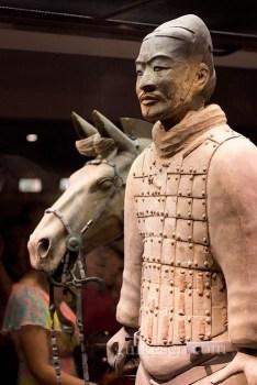 Bir asker atıyla birlikte.
