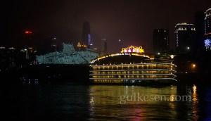 Chongqing'in gemiden gece görünümü.