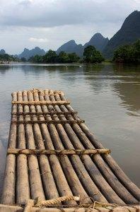 Yulong nehrindeki geleneksel bambu tekneler.
