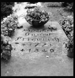 Konstnären Caspar David Friedrichs grav på Trinitatis Friedhof, Planar 80 mm, Ilford FP4+. Född i dåvarande svenska Pommern verkade han en stor del av sitt liv i Dresden och inspirerades av de sachsiska landskapen.