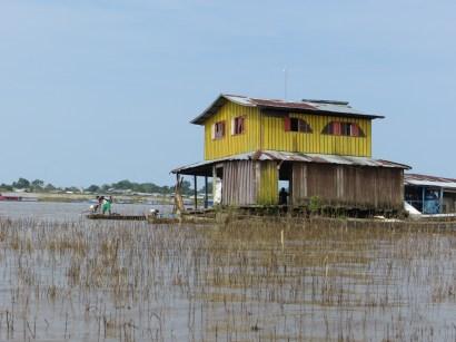 Flytande hus vid Río Amazonas.