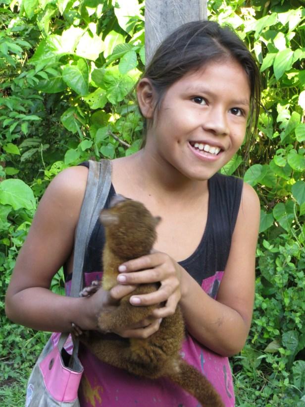 En flicka och hennes husdjur i Tapira-Chico.