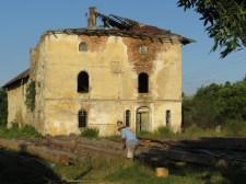 Här barkas stockar till bygget. I bakgrunden rester av ett adlig ungerskt godskomplex.