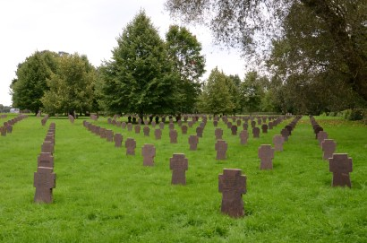 Den tämligen nyanlagda tyska krigskyrkogården utanför Narva.