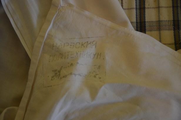 Sängkläderna på vederbörligt vis stämplade.