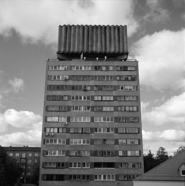 Ett landmärke vid vallarna, vattencisternen på taket är originell, men byggnaden klarade inte av tyngden av vattnet, ett streck i räkningen för sovjetingenjörerna.