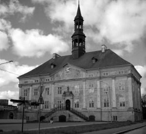 Svensktidens rådhus är en av få äldre byggnader kvar i Gamla staden.