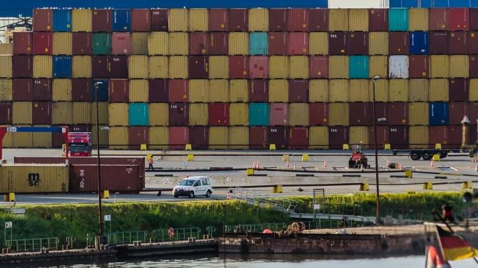 Ett par containrar