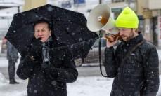Hans Caldaras under paraplyet