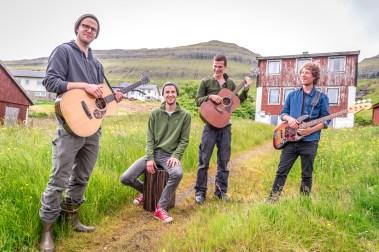 Brothers Moving utanför lånat hus i Leirvík