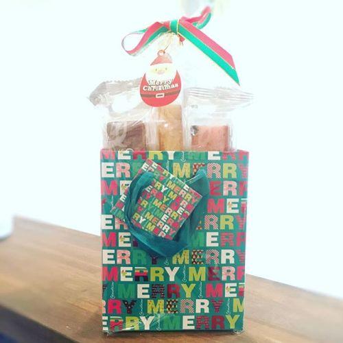 【クリスマス】-お客様から差し入れを頂きました♡いつもありがとうございます!-足先から頭まで全身施術するタイ古式マッサージはカラダを内側から温めます。冷え性の方にとってもおすすめです♂️----------★タイ古式マッサージ★タイ式リフレクソロジー★ヘッドセラピー---------初回平日限定︎1000円OFFタイ古式マッサージ70分コース¥7000→¥6000---------田園都市線 青葉台駅よりすぐ。郵便局横のビルです。横浜市青葉区青葉台1-14-1第二青葉台ビル地下一階----------#thai #xmas #gift#冷え性 #体 #ぽかぽか#デトックス #sweets#青葉台マッサージ #田園都市線 #青葉台#駅近 #サロン#リラクゼーションサロン #gumi#タイ古式マッサージ#タイ式リフレクソロジー #タイ古式 × #アロマ#リラックス #リフレッシュ#こだわり #空間 #interior#simple #design #asian #thai#パグ #dog #pug