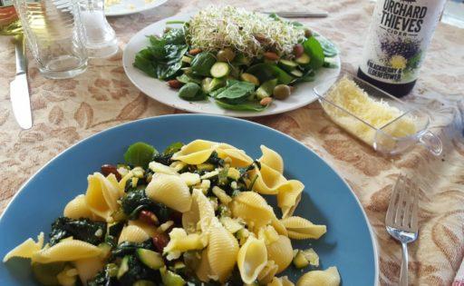 Weihnachtsessen grüner Salat und Muschelnudeln