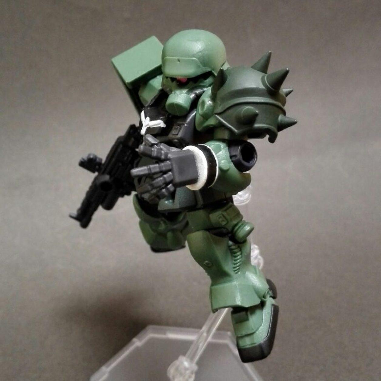 MOBILE SUIT ENSEMBLE(モビルスーツアンサンブル)第10弾のギラ・ズールにMS武器セットからショルダー・アーマーを装備させてポージングさせた画像
