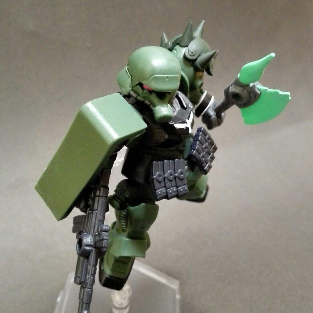 MOBILE SUIT ENSEMBLE(モビルスーツアンサンブル)第10弾のギラ・ズールにMS武器セットからショルダー・アーマーとマガジンとビーム・ホークを装備させてポージングさせた画像