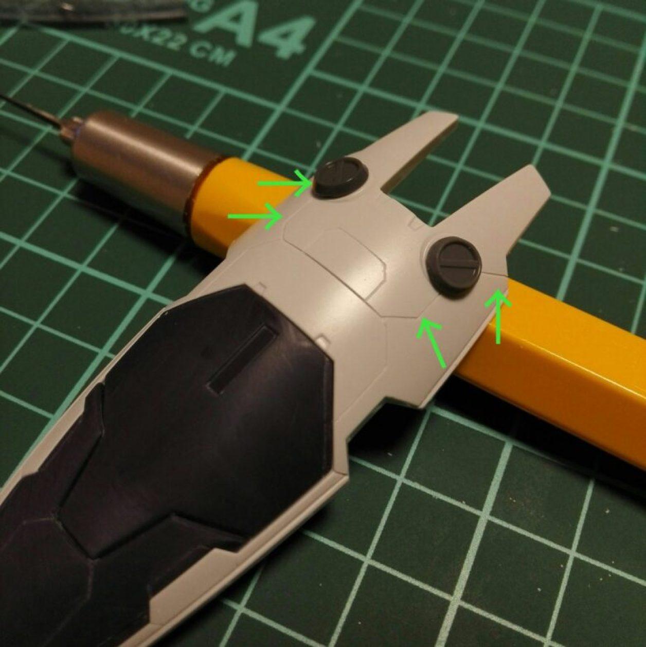 HGUC ガンダムTR-1[ヘイズル改]のジム系MS用シールドにマスキングテープでガイドを作ってスジボリした画像
