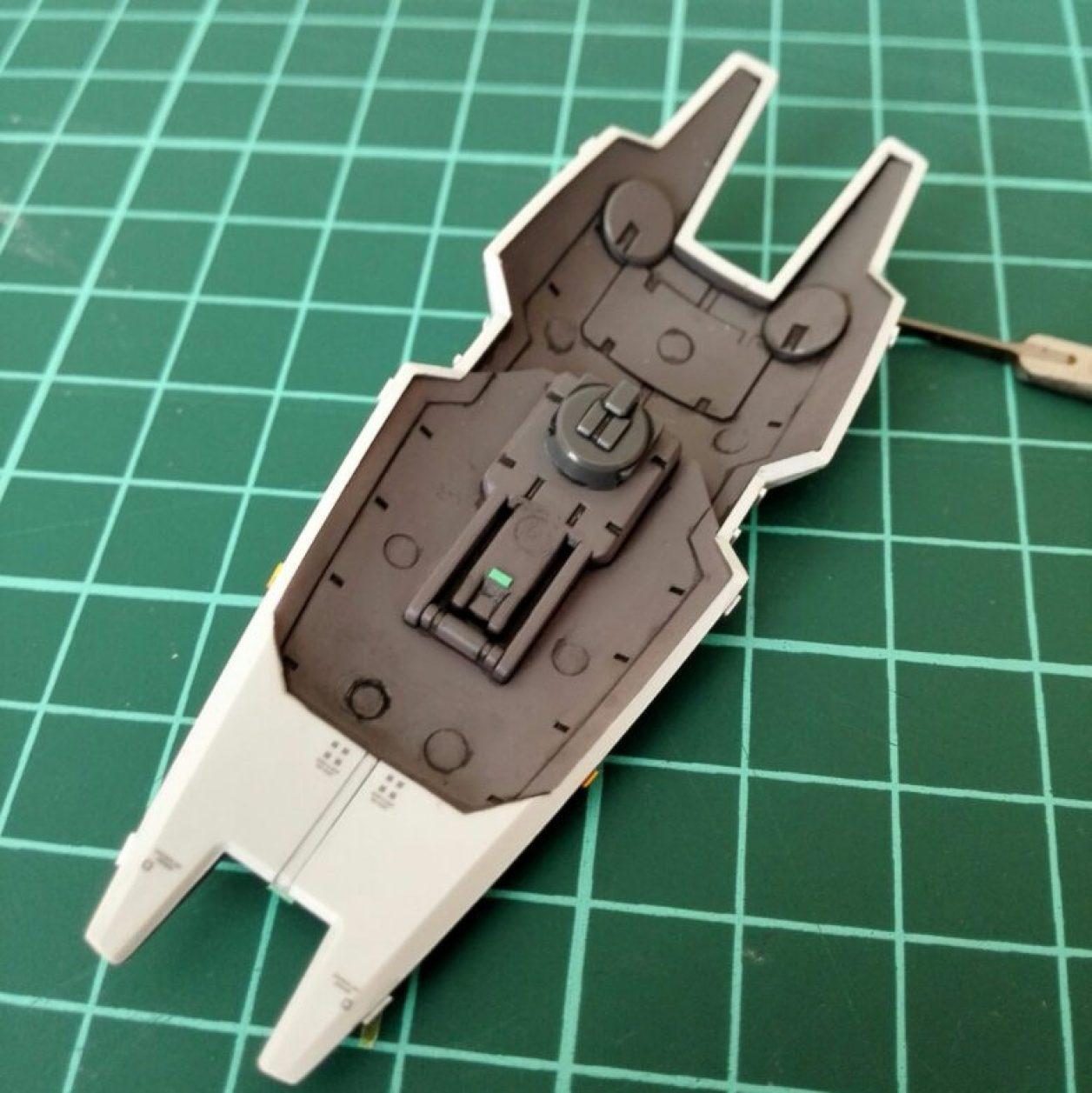 HGUC ガンダムTR-1[ヘイズル改]のジム系MS用シールドにガンダムマーカーエアブラシシステムで塗装した面を部分的に剥がしてカラーチップを接着した画像