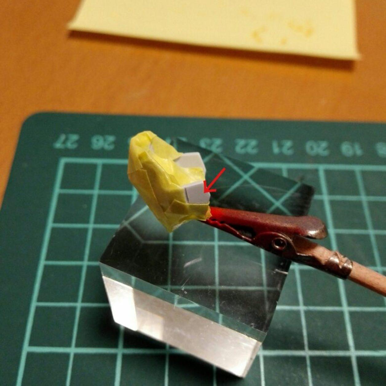 hguc ガンダムtr-6[ウーンドウォート]の頭部ユニットに切り出したプラバンを接着してディテールアップして塗装のためにマスキングした画像
