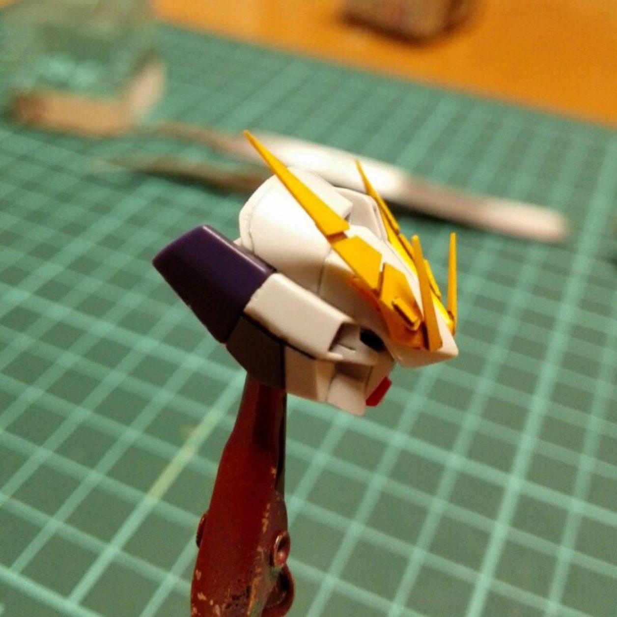 HGUC ガンダムTR-6[ウーンドウォート]の頭部ユニットをディテールアップして、改造したアンテナにスミ入れしてエナメル溶剤で拭きとって整えた画像