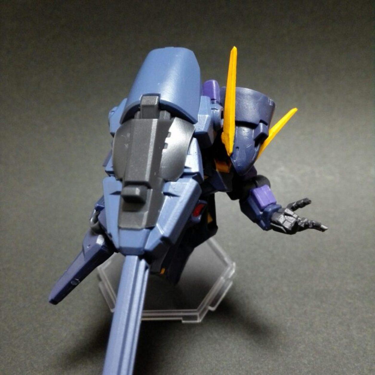 mobile suit ensemble(モビルスーツアンサンブル)4.5弾ウーンドウォート(ティターンズカラー)にコンポジット・シールド・ブースターを装備させてコトブキヤのミニフライングベースでディスプレイしている状態の画像