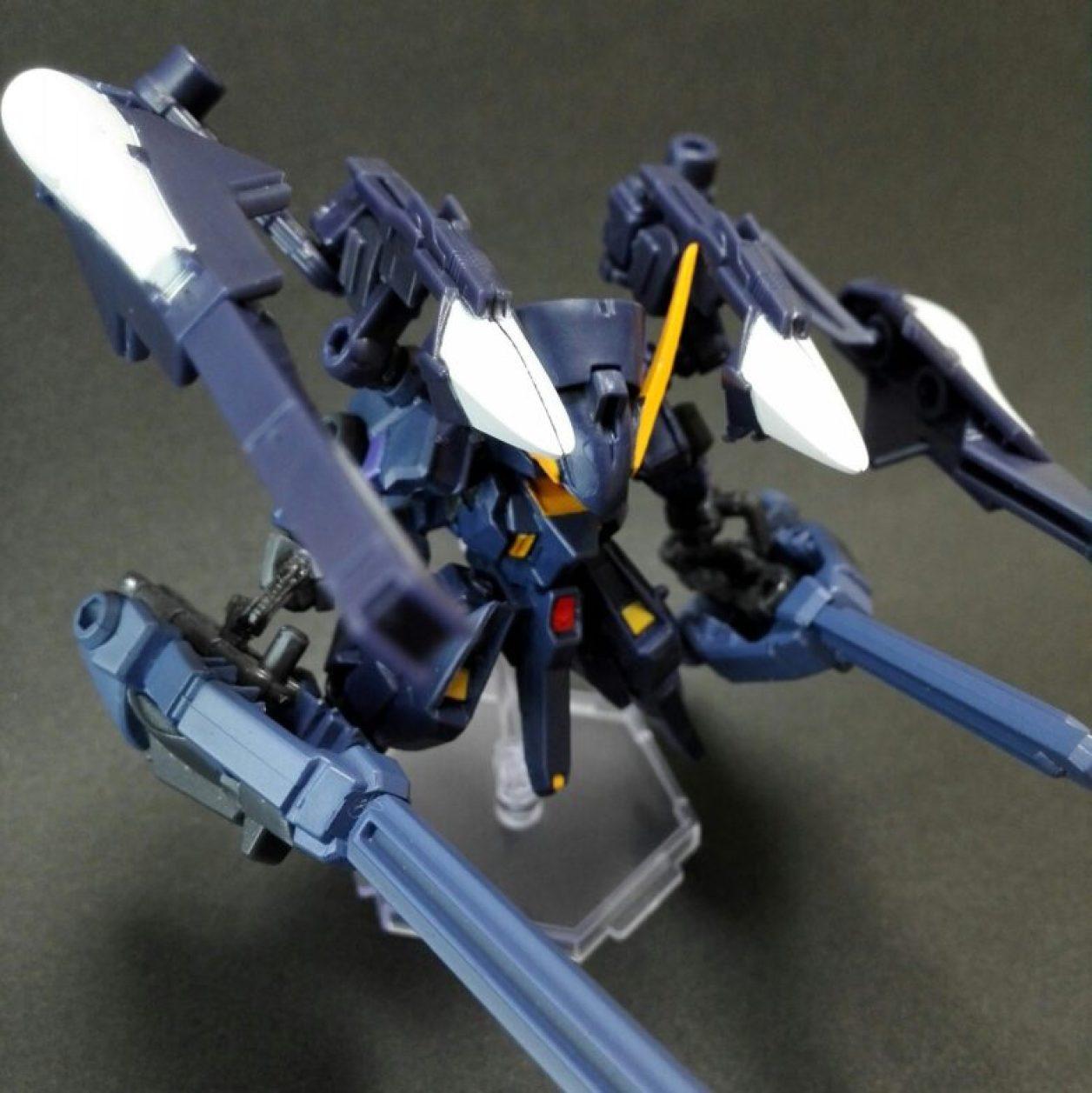 mobile suit ensemble(モビルスーツアンサンブル)4.5弾ウーンドウォート(ティターンズカラー)にフルドドIIを装備させてウーンドウォート・ラーIIとしてコンポジット・シールド・ブースター×2を装備させたコトブキヤのミニフライングベースでディスプレイしている状態の画像