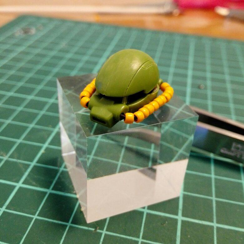 hgucハイザックの頭部ユニットを仮組みしたスリット幅を狭くするための改造をした画像