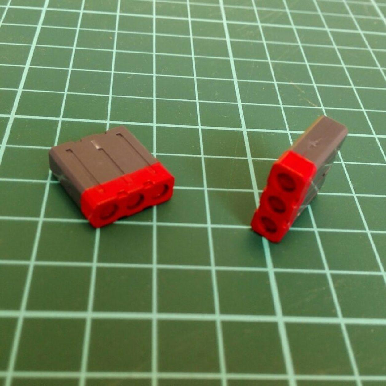 自作したミサイルポッドに赤を塗装してマスキングを剥がしたところの画像