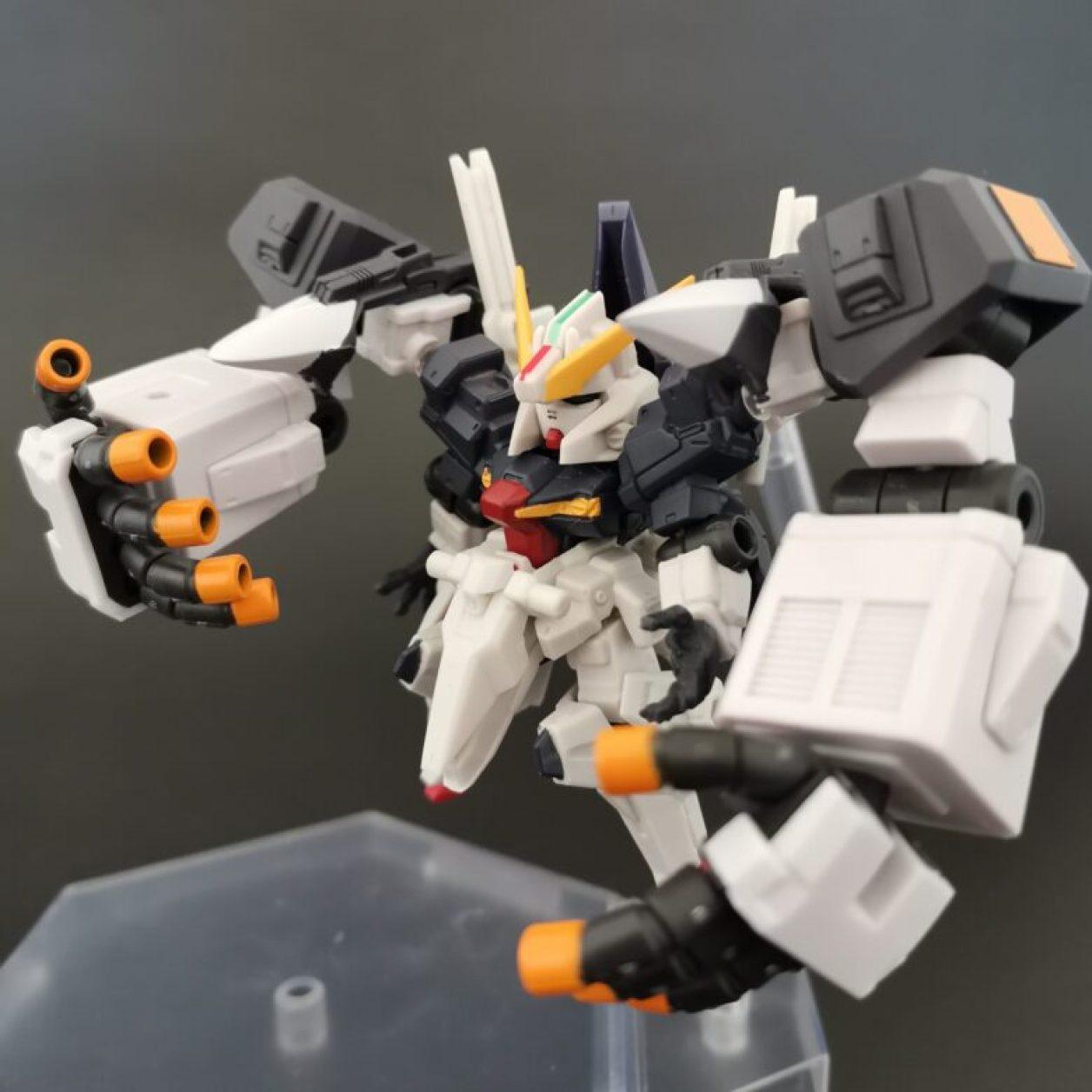mobile suit ensemble (モビルスーツアンサンブル)ex23弾のガンダムtr-1[ヘイズル·アウスラ](ギガンティックアームユニット装備)と09弾のハイゼンスレイIIを組み合わせたハイゼンスレイIIラーにギガンティックアームユニットを装備させてニューフライングベースでディスプレイした画像